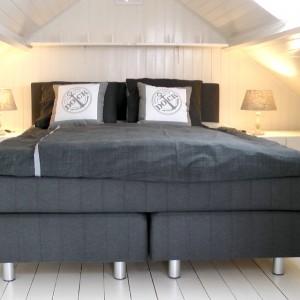 Tweepersoons bed (160×200), voorzien van boxspring-matras.